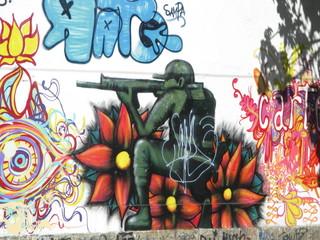 Tireur à genoux dessiné sur un mur, Rio de Janeiro, Brésil.