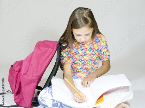 l 39 enfant qui fait ses devoirs photo libre de droits sur la banque d 39 images image. Black Bedroom Furniture Sets. Home Design Ideas