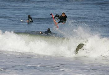 surfer qui décolle sur une vague