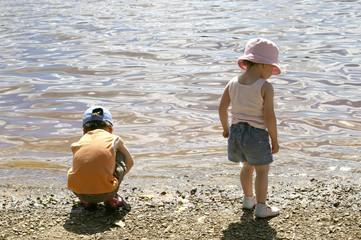 enfants au bord de l'eau