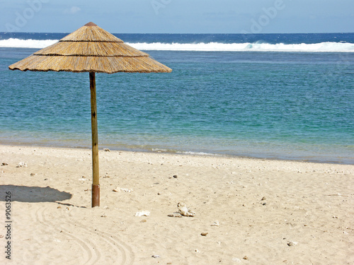 parasol sur plage tropicale stock photo and royalty free images on pic 9063526. Black Bedroom Furniture Sets. Home Design Ideas