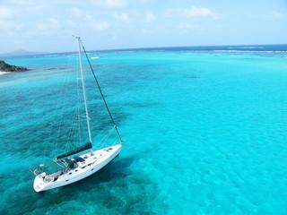 Voilier en mer des Caraïbes