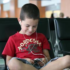 Enfant écoutant de la musique sur un lecteur mp3