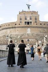 touristes devant le chateau Saint-Ange, Rome