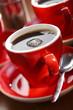Frisch gebrühter Kaffee in roter Tasse