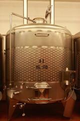Fototapete - Edelstahl Tank zur Weinveredelung, Weinkeller, Stahltank