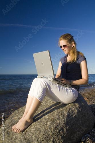 0c9d7bb8184c Frau mit Laptop am Strand