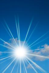 le soleil brille dans un ciel bleu avec un nuage