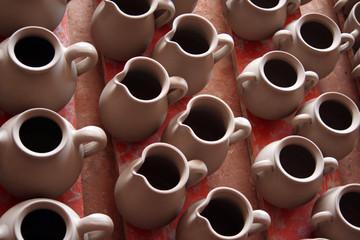 vasijas de barro sin cocer. ceramica tradicional de extremadura