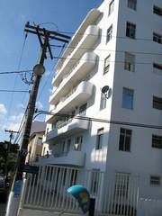 Immeuble blanc dans une rue de Rio, Brésil