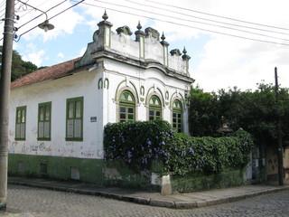 Ancienne maison blanche avec petit jardin. Rio, Brésil.