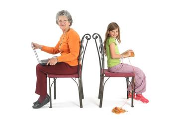 grand-mère avec ordinateur et enfant fait du ticot