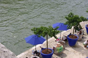 Quai de la Seine, pots et parasols bleus, Paris Plage