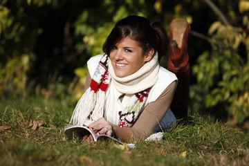 Femme automne lecture