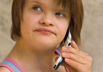 jeune fille trisomique téléphonant