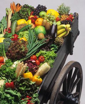 Holzkarren mit Obst  und Gemüse