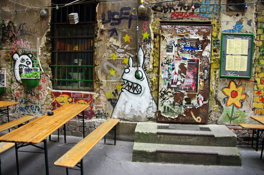 Terrasse de café avec graffitis, Allemagne, Berlin.