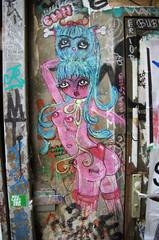 Graffiti; Femme nue avec un chat bleu sur la tête, Berlin.