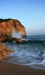 Wellenbrecher an Felsen