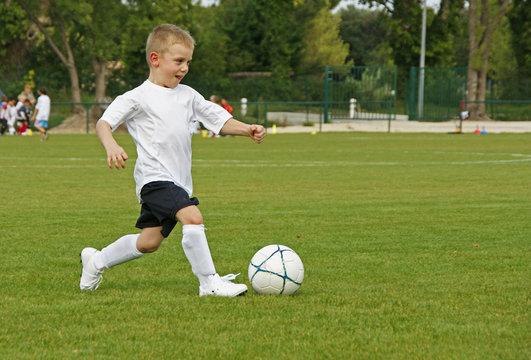 enfant jouant au football