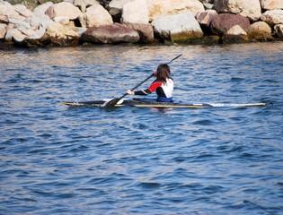 Jeune fille dans un canoé