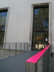 Rambarde rose de passerelle d'accès.