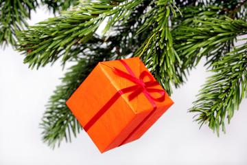 geschenk am Weihnachtsbaum