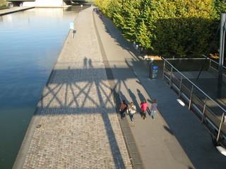 Promeneurs sur les quais au bord du canal,  Paris.