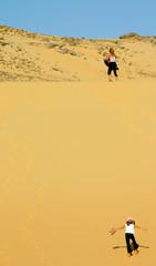 mère et fille escaladant la dune