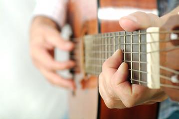 mani che suonano la chitarra classica