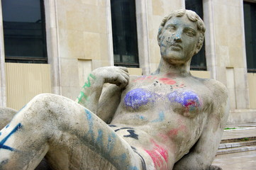 Statue de femme nue couverte de graffitis, Paris, France.