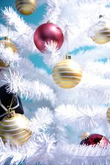 Weißer Winter Baum dekoriert