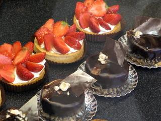 Petits gâteaux individuels dans une pâtisserie.