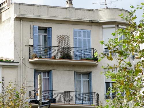 maison aux volets bleus balcon de fer marseille france photo libre de droits sur la banque. Black Bedroom Furniture Sets. Home Design Ideas