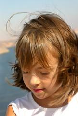 petite fille sur le barrage d'Assouan