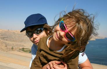 frère et soeur sur le barrage d'Assouan