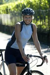 Radfahrerin mit Helm