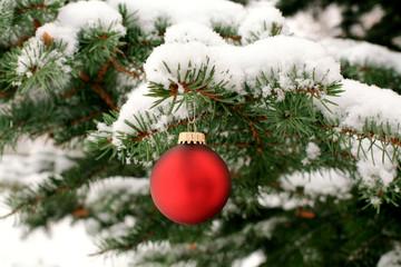 Kugel am verschneiten Weihnachtsbaum