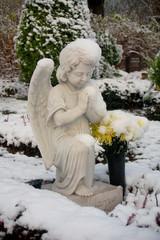 Betender Engel im Schnee