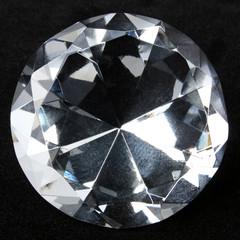 Round brilliant diamond over black velvet