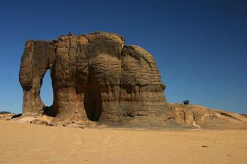 Un éléphant de pierre dans le désert