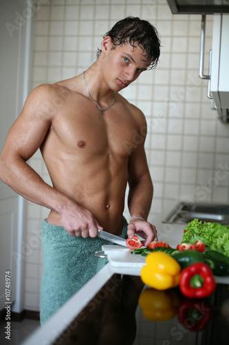 голый мужчина в фартуке фото