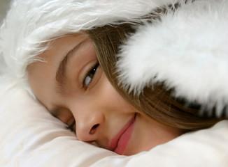 petit ange allongé et souriant