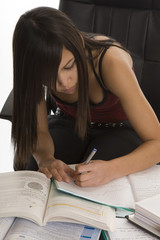 Schule, Studentin beim Lernen