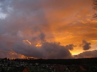 Sonnenuntergang wie Feuer am Horizont