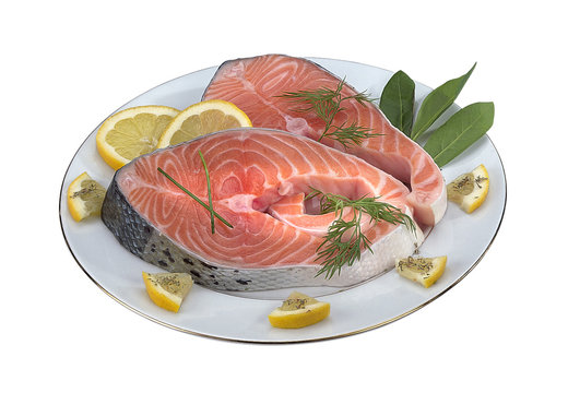 darnes de saumon cru dans une assiette