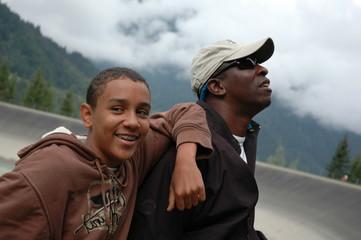 Porträt Vater und Sohn in den Bergen
