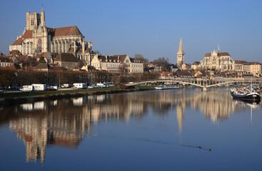Auxerre et reflets dans l'Yonne