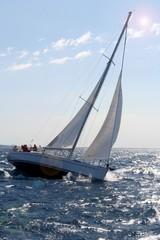Un voilier voiles ouvertes