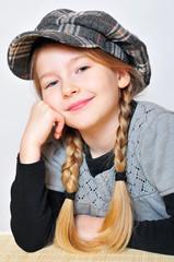 freches Mädchen mit Hut Zöpfen